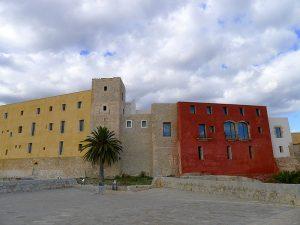 Die Festung vom Bollwerk von Sant Bernat mit dem Burgturm.