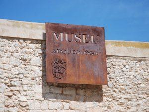 Zum Archäologiemuseum gelangt man über den Platz der Kathedrale (Plaça de la Catedral).