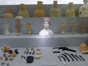 Bildunterschrift: In der Mitte der Ausstellung die Büste der Göttin Tanit