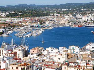 Das Hafenviertel und der Hafen von der Stadtmauer aus