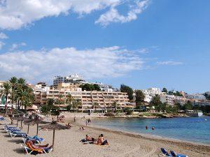 Ses Figueretes ist der am zentralsten gelegene und städtischste Strand der Hauptstadt