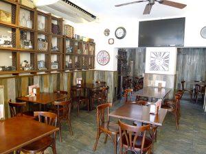 Innenansicht der Bar Can Moreta im Zentrum der Stadt